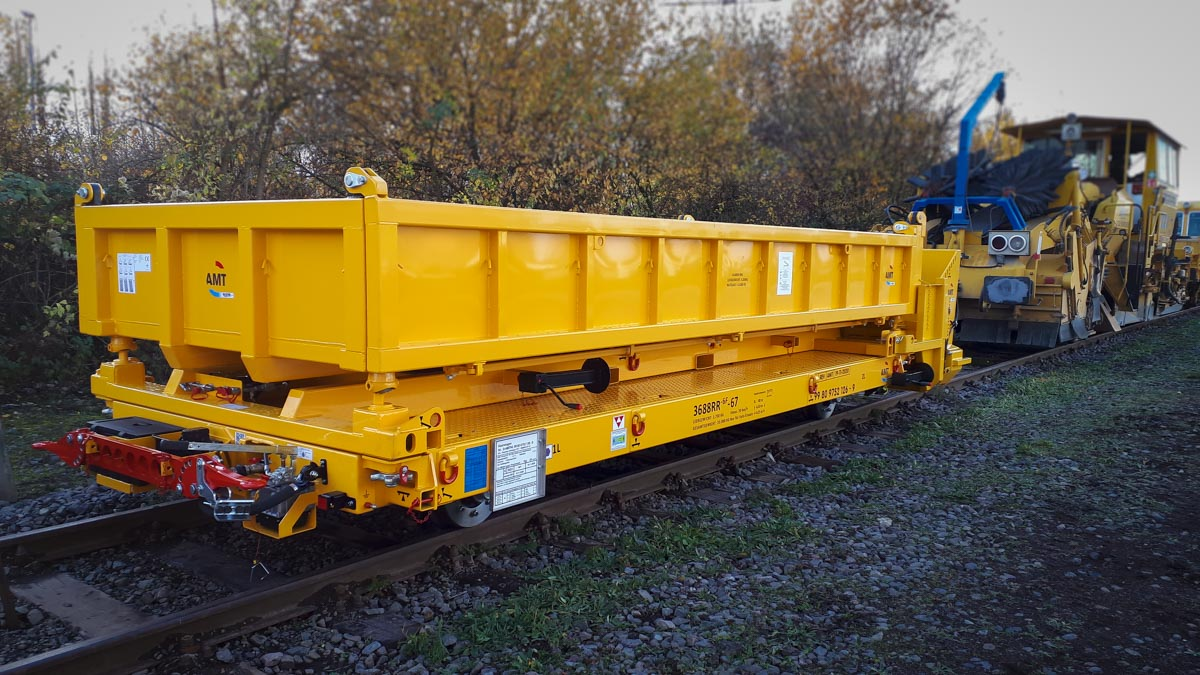 Rail trailer container