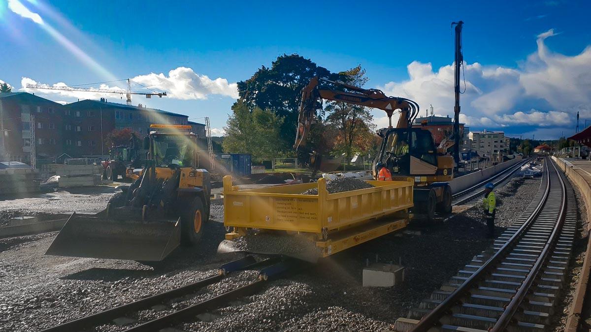 Rail trailer container deployment